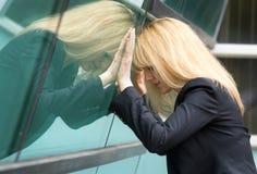 Mujer de negocios deprimida en la oficina Imágenes de archivo libres de regalías