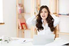 Mujer de negocios deprimida subrayada preocupante del oficinista El parecer desesperado y confuso Acción disciplinaria y Fotografía de archivo