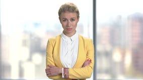 Mujer de negocios descontentada en fondo borroso metrajes