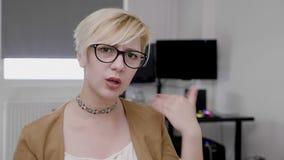 Mujer de negocios descontentada en la oficina que muestra el desacuerdo y que disminuye la oferta no haciendo negativa ninguna mu metrajes