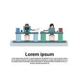 Mujer de negocios dos que se sienta en el escritorio en ordenador de trabajo de la oficina ilustración del vector