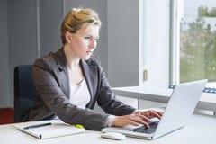 Mujer de negocios ejecutiva con el cuaderno imagenes de archivo