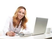 Mujer de negocios ejecutiva con el ordenador portátil imágenes de archivo libres de regalías