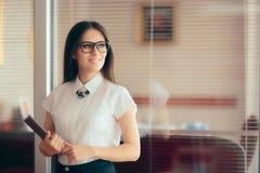 Mujer de negocios elegante elegante que se coloca delante de su oficina imágenes de archivo libres de regalías