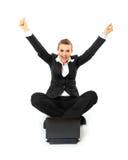 Mujer de negocios emocionada que trabaja en la computadora portátil Imágenes de archivo libres de regalías