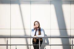 Mujer de negocios en balcón de la oficina moderna Imagenes de archivo