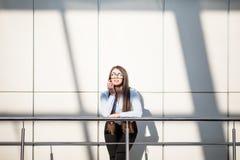 Mujer de negocios en balcón de la oficina moderna Imagen de archivo