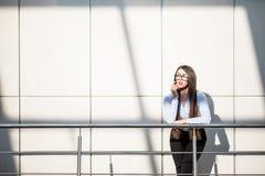 Mujer de negocios en balcón de la oficina moderna Fotos de archivo