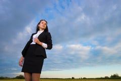 Mujer de negocios en campo verde Imagenes de archivo