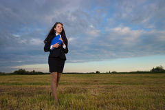 Mujer de negocios en campo verde Fotografía de archivo libre de regalías