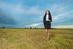 Mujer de negocios en campo verde Fotos de archivo