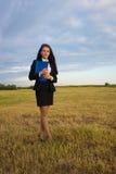 Mujer de negocios en campo verde Foto de archivo