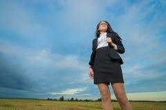 Mujer de negocios en campo verde Fotos de archivo libres de regalías