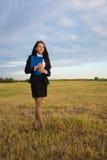 Mujer de negocios en campo verde Fotografía de archivo