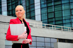 Mujer de negocios en chaqueta roja Imagen de archivo