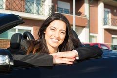 Mujer de negocios en coche de deportes Foto de archivo