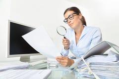 Mujer de negocios en documentos y contratos del control de la oficina con el mag foto de archivo libre de regalías