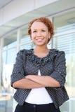Mujer de negocios en el edificio de oficinas Fotografía de archivo libre de regalías