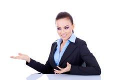 Mujer de negocios en el escritorio Fotos de archivo libres de regalías