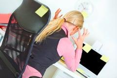 Mujer de negocios en el lugar de trabajo cubierto con pegajoso Imagenes de archivo