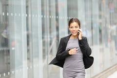 Mujer de negocios en el movimiento foto de archivo