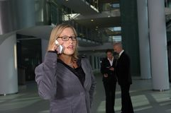 Mujer de negocios en el teléfono imágenes de archivo libres de regalías