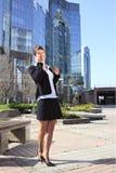 Mujer de negocios en el teléfono celular Fotos de archivo