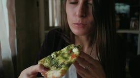 Mujer de negocios en hora de la almuerzo metrajes