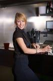 Mujer de negocios en la barra imagen de archivo libre de regalías