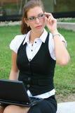 Mujer de negocios en la ciudad Fotos de archivo libres de regalías