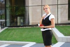 Mujer de negocios en la ciudad Fotos de archivo