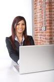 Mujer de negocios en la computadora portátil fotografía de archivo
