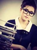 Mujer de negocios en la escritura de la oficina algo abajo Imagen de archivo