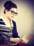 Mujer de negocios en la escritura de la oficina algo abajo Foto de archivo