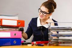 Mujer de negocios en la escritura de la oficina algo abajo Fotos de archivo libres de regalías