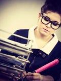 Mujer de negocios en la escritura de la oficina algo abajo Imágenes de archivo libres de regalías