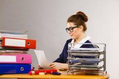 Mujer de negocios en la escritura de la oficina algo abajo Fotografía de archivo libre de regalías