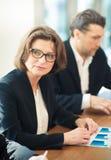 Mujer de negocios en la mesa de reuniones Foto de archivo libre de regalías