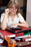Mujer de negocios en la oficina Fotos de archivo libres de regalías