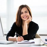 Mujer de negocios en la oficina fotografía de archivo libre de regalías
