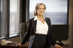 Mujer de negocios en la oficina Imagenes de archivo