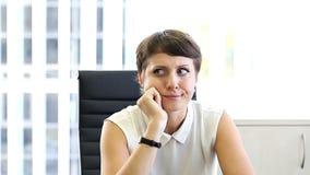 Mujer de negocios en la oficina, emociones en el trabajo