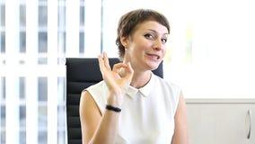 Mujer de negocios en la oficina, emociones en el trabajo metrajes