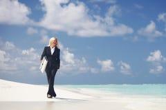 Mujer de negocios en la playa Fotos de archivo libres de regalías