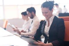 Mujer de negocios en la reunión usando la tableta Imágenes de archivo libres de regalías