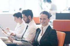 Mujer de negocios en la reunión usando la tableta Imagen de archivo libre de regalías