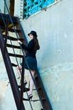 Mujer de negocios en las escaleras foto de archivo libre de regalías
