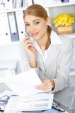 Mujer de negocios en oficina Fotos de archivo