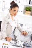 Mujer de negocios en oficina Fotos de archivo libres de regalías