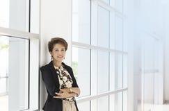 Mujer de negocios en oficina foto de archivo libre de regalías